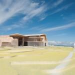 Modellfoto av anlegget sett fra kyststien med kultursalen i front