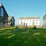 Nybygget og våningshusene på det gamle gårdstunet