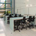 Høye arbeidsbord med flyttbare tavler